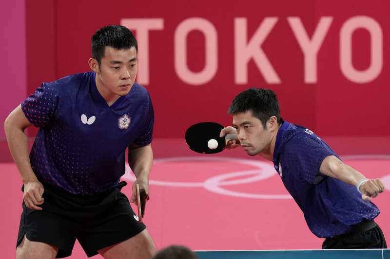 東京奧運3日進行桌球男子團體8強賽,台灣代表隊桌球選手莊智淵(右)、陳建安(左)出賽,對戰德國隊。(美聯社)