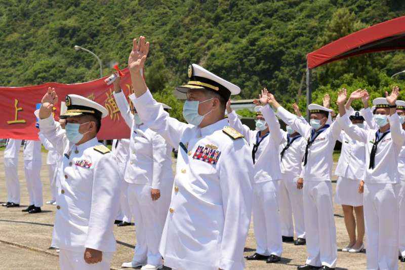 20210803-海軍司令劉志斌(中)和時任海軍艦指部指揮官的高嘉濱中將(左前)罕見同框。(取自中華民國海軍臉書)