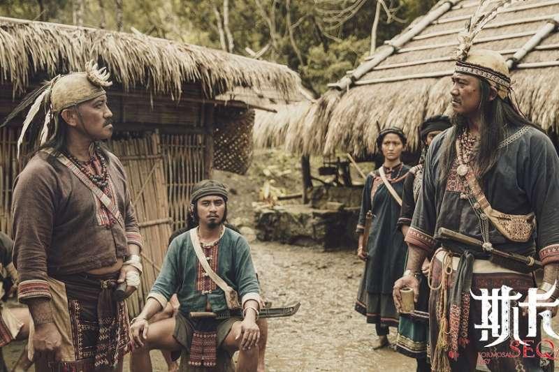 《斯卡羅》查馬克・法拉屋樂(右一)飾演斯卡羅大股頭「卓杞篤」,與雷斌・金碌兒(左二)飾演的二股頭「伊沙」有多場精彩對峙戲。(圖/公視提供)