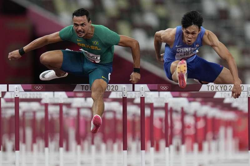 2021年8月3日,東京奧運,台灣代表隊田徑選手陳奎儒(右)出賽男子110公尺跨欄預賽,跑出13秒53,取得準決賽門票。(美聯社)