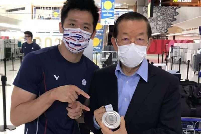 贏得我國首面體操獎牌的李智凱(左)及部分拳擊選手3日返台,駐日代表謝長廷(右)親自到機場送機,還特別拿了李智凱的銀牌一起合影。(取自謝長廷臉書)