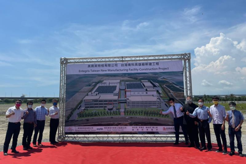 英特格台灣總經理謝俊安(左四),感謝高市府及南科管理局大力支持,未來台灣將成英特格在亞洲最大的製造基地。(圖/高雄市政府經發局提供)