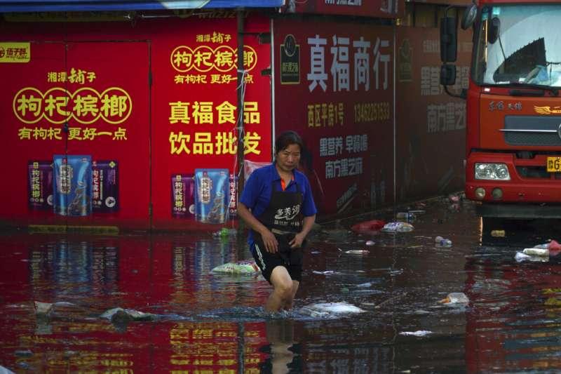 中國河南近日遭遇罕見極端暴雨,至今造成302人死亡,目前仍有50人失蹤。(美聯社)