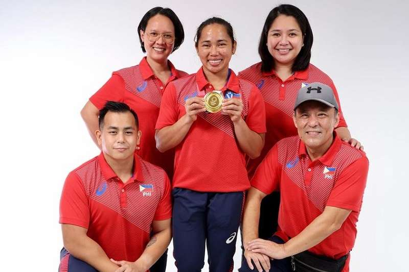 中國教練高凱文(右下)訓練出菲律賓第一面舉重金牌。(資料照,Hidilyn Diaz臉書)