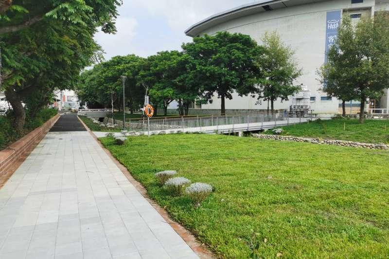 東興圳景觀再造計畫二期工程—民俗公園於水圳旁設置步道及綠帶,增加人與水的親近關係。(圖/新竹縣政府提供)
