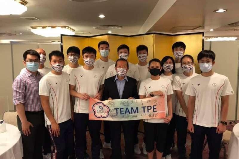 駐日代表謝長廷3日赴我國東京奧運羽球隊離日前聚餐致意。(取自謝長廷臉書)