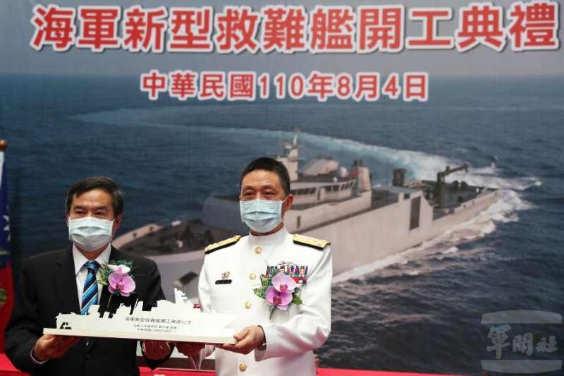 海軍新型救難艦開工典禮4日上午在高雄台船公司船體工廠舉行,海軍司令劉志斌(右起)、台船董事長鄭文隆出席。(取自軍聞社)