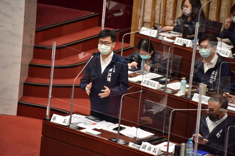 高雄市長陳其邁於議會答詢,研擬積淹水改善對策。(圖/高雄市議會提供)