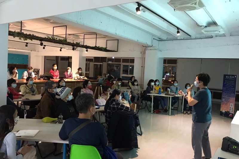 台中社會創新實驗基地新增晚間活動「晚安基地」,進駐團隊規劃多項活動,像是講座、桌遊、手作坊、展覽等內容,邀請民眾參與。(圖/台中市政府提供)