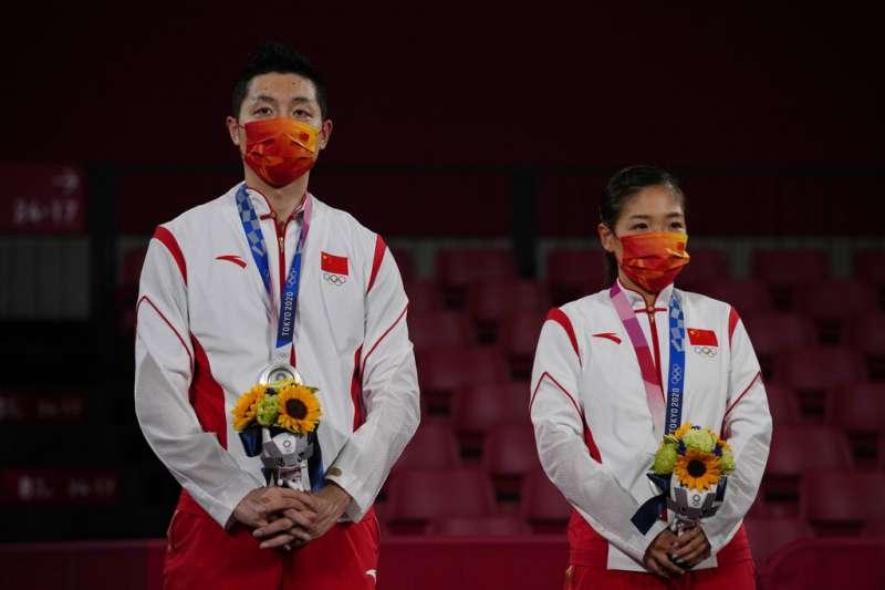 對於一些中國網友來說,許昕(左)和劉詩雯獲得乒乓球銀牌的成績還不夠好。(美聯社)