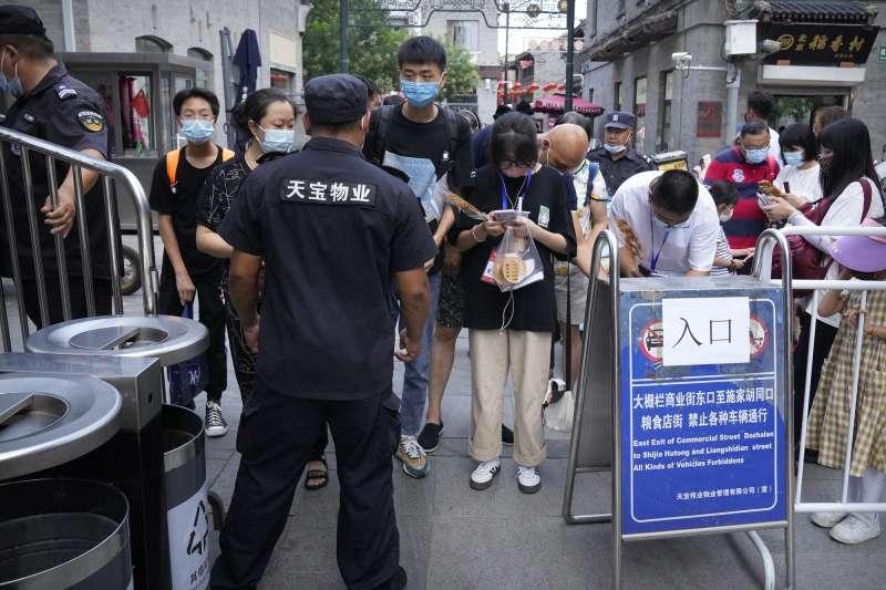 中國疫情、中國防疫,中國爆發Delta疫情,各個出入口嚴密防控人流。(AP)