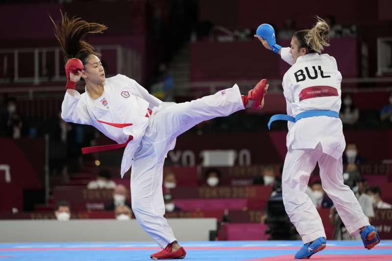 東京奧運台灣空手道女子55公斤級選手文姿云(左)過關斬將,晉級4強準決賽,目前保底銅牌入袋。(美聯社)