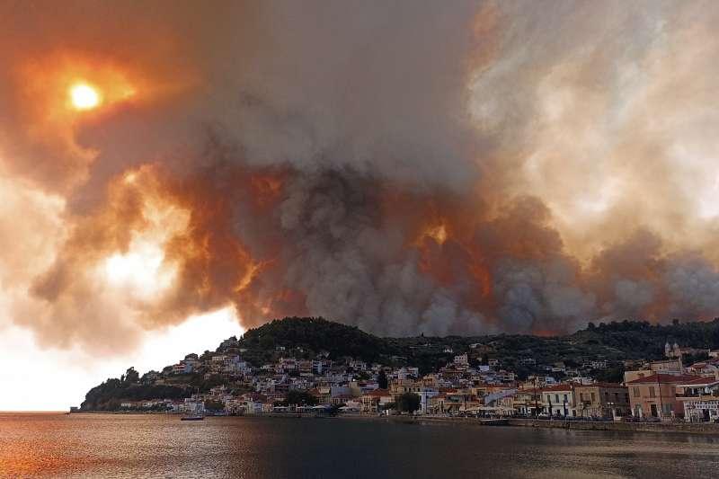 希臘雅典附近的埃維亞島上的一座山發生森林野火,濃煙瀰漫天空(美聯社)