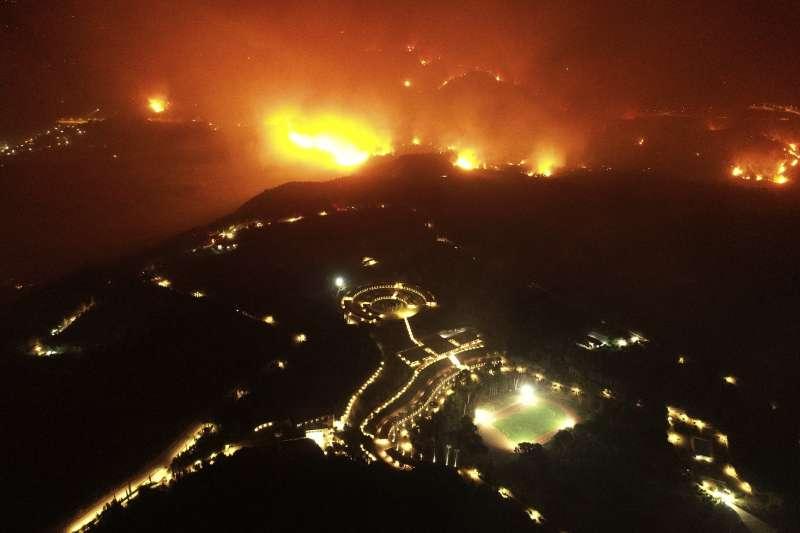 8月4日,野火威脅奧運發源地遺址、希臘伯羅奔尼撒半島西部的奧林匹亞(美聯社)