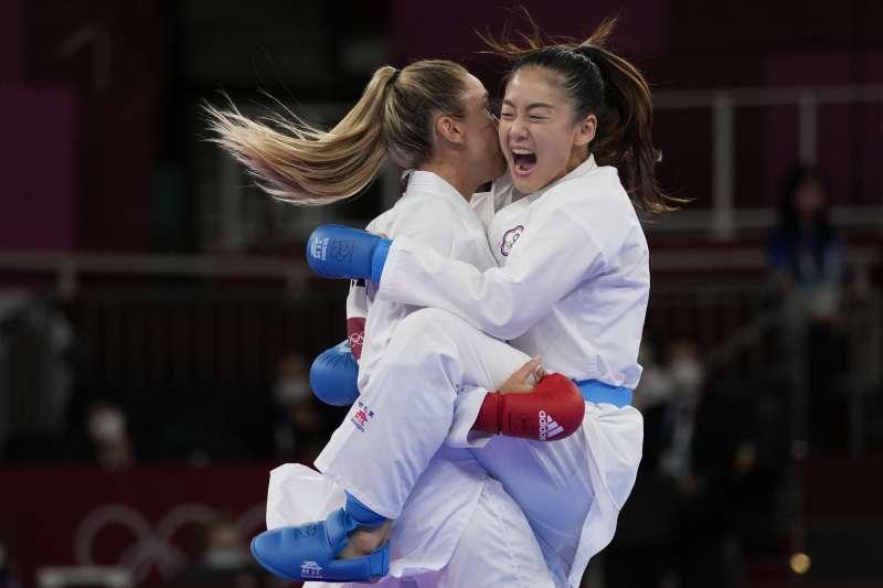 台灣空手道選手文姿云(右)5日在東京奧運女子55公斤量級4強賽落敗,拿下銅牌。(美聯社)
