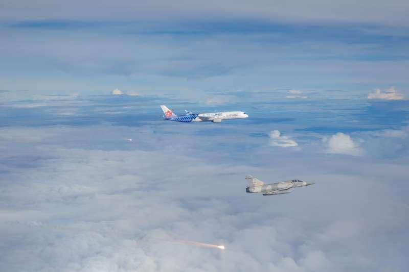 為迎東京奧運國手回台,空軍司令部4日派出4架幻象2000戰機伴飛護航。(軍聞社提供)