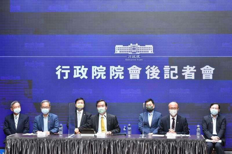 行政院長蘇貞昌5日在行政院會聽取衛福部「COVID-19疫情現況及應處作為專案報告」。(行政院提供)