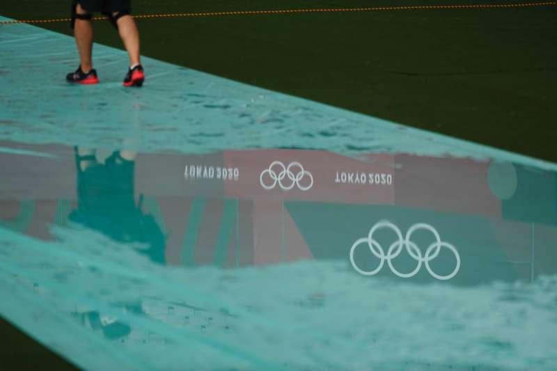 因為下雨積水的東京奧運田徑賽場。(美聯社)