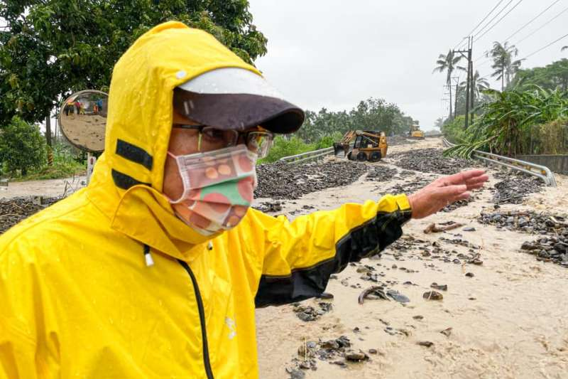 颱風引進西南氣流導致中南部多處大雨成災,屏東縣長潘孟安7日赴災情嚴重區域視察。(取自潘孟安臉書)