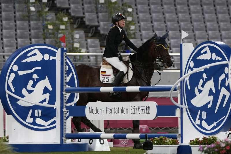 2021日本東京奧運:搭配德國馬術選手史勒的馬拒絕跳躍,讓她淚灑賽場(AP)