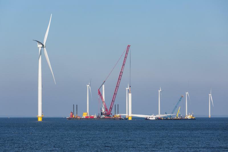 靠再生能源很難達到淨零碳排。圖為離岸風電。(shutterstock`)
