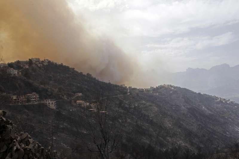 8月10日,阿爾及利亞提濟烏祖的山區發生野火(美聯社)