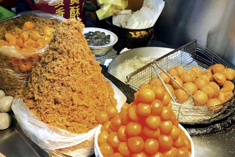 香酥芋丸外殼香脆、裹著細香的芋蓉;蛋黃芋餅滋味鹹香。位在寧夏夜市的劉芋仔總是大排長龍(圖/取自米其林官網)