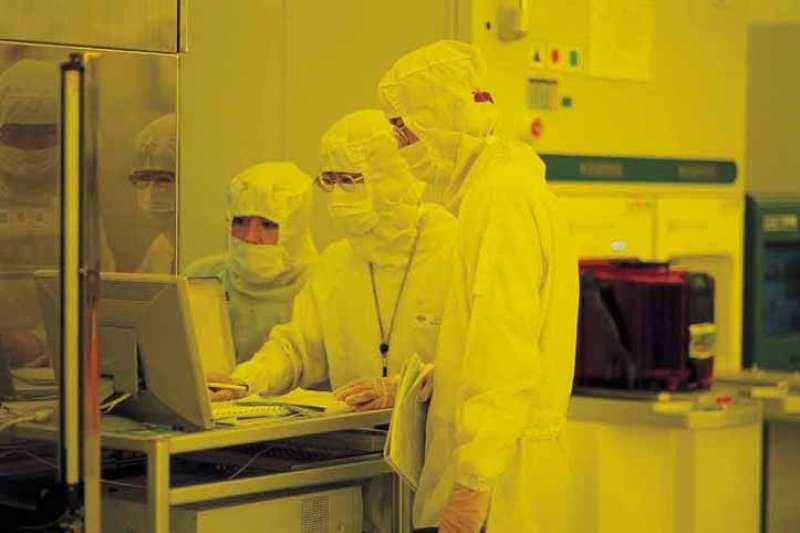 台積電員工在12英寸晶圓加工廠(圖片來源:台積電)