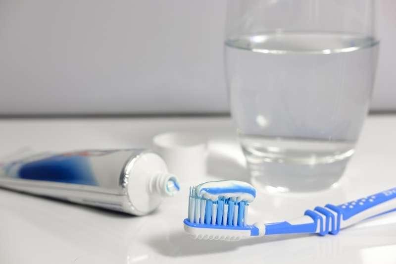 定期更換牙刷很重要,許多人牙刷岔開外翻,還是捨不得換牙刷,哪種情況才是換牙刷的正確時機?(圖/取自pixabay)