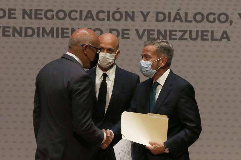 2021年8月13日,委內瑞拉國會議長羅德里奎茲(Jorge Rodriguez,左)與反對派代表裴瑞茲(Gerardo Blyde Perez)握手(AP)