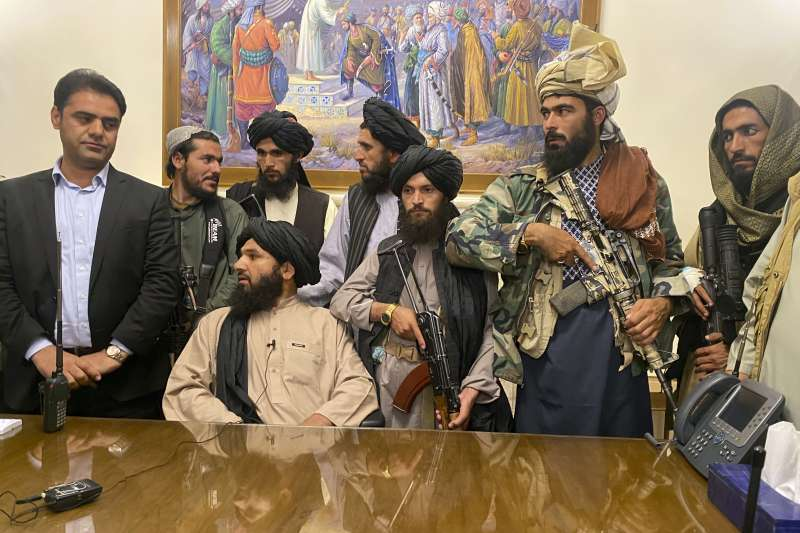 塔利班高階成員表示,阿富汗不會是民主國家,未來女性所有權利將由政府決定。(圖/AP)