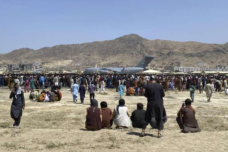 2021年8月16日,阿富汗首都喀布爾國際機場,急欲逃往國外的老百姓與美軍運輸機(AP)