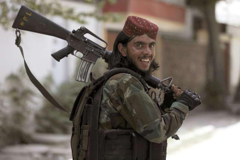 2021年8月18日,阿富汗神學士(Taliban)戰士巡邏首都喀布爾(Kabul)(AP)