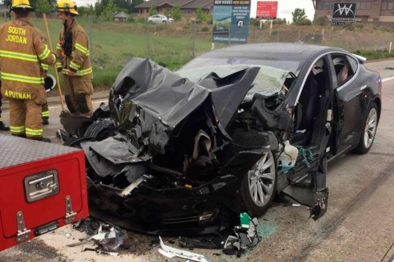 特斯拉涉及Autopilot功能的車禍正受到安全監管機構的調查。圖為如2018年5月在猶他州發生的一起事故。(美聯社)