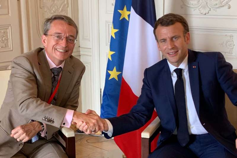 英特爾公司CEO杰辛格(左)在6月的一次國際會議上與法國總統馬克龍會面。(照片來源:Christin Eisenschmid @twitter)