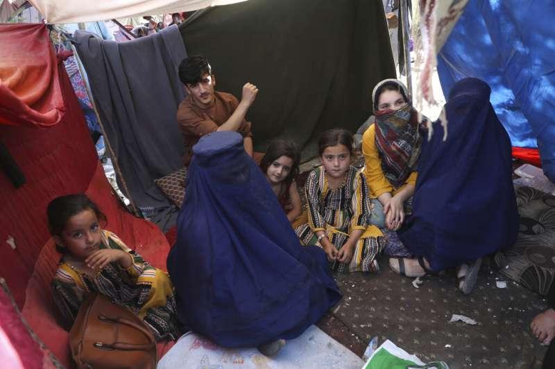 2021年8月13日,在阿富汗境內難民營的女教師穿上布卡受訪。(AP)