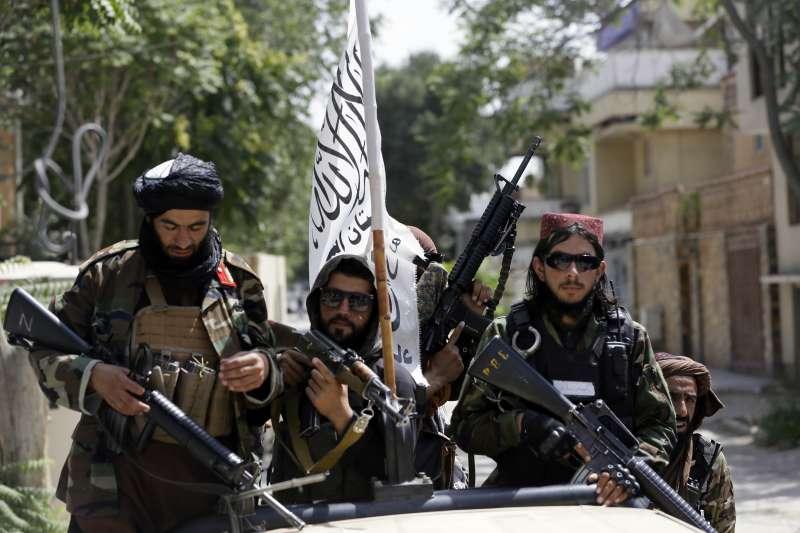 2021年8月,阿富汗首都喀布爾街頭的神學士戰士(AP)