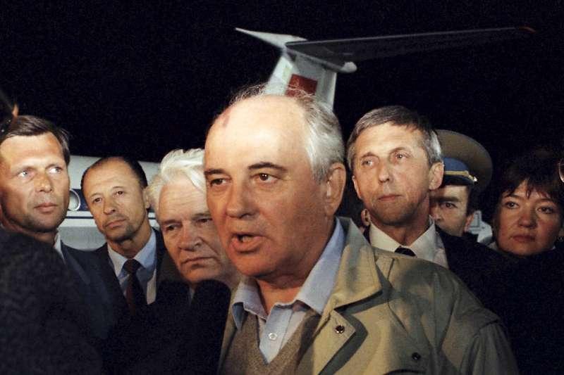1991年8月,蘇聯共產黨強硬派發動政變,總統戈巴契夫(Mikhail Gorbachev)一度遭到軟禁(AP)