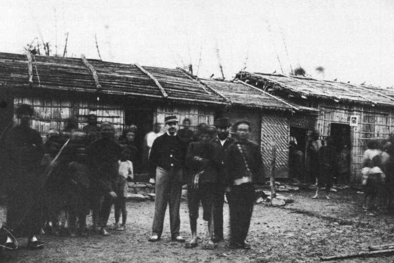 李仙得(左)來台調查羅妹號船難時,與助手及原住民合影。(Notes of Travel in Formosa)