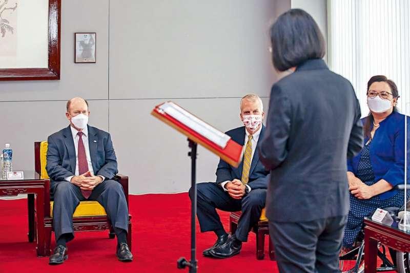 美國是最堅實的盟友?還是把台灣當旗子?圖為蔡英文元首站著向美國議員報告。(作者提供)