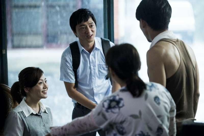 20210823-國片《期末考》劇照,演員藍葦華飾演代理教師林立宏,為了招生要到處拜訪學生家庭。(海鵬影業提供)