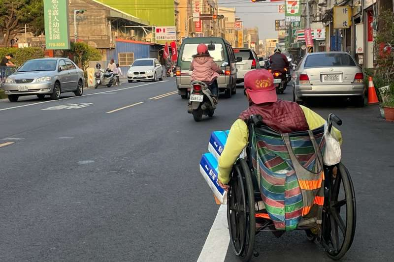 台灣許多攤販長期霸佔人行道,導致行人必須走在馬路上,而我們似乎都已習以為常。(圖/取自外國倫看台灣臉書)