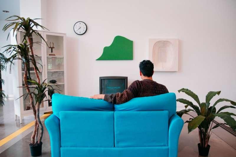 「坐在椅子上」是sit on a chair還是sit in a chair?原來跟用法不同跟座椅種類有關。(圖/取自Unsplash)