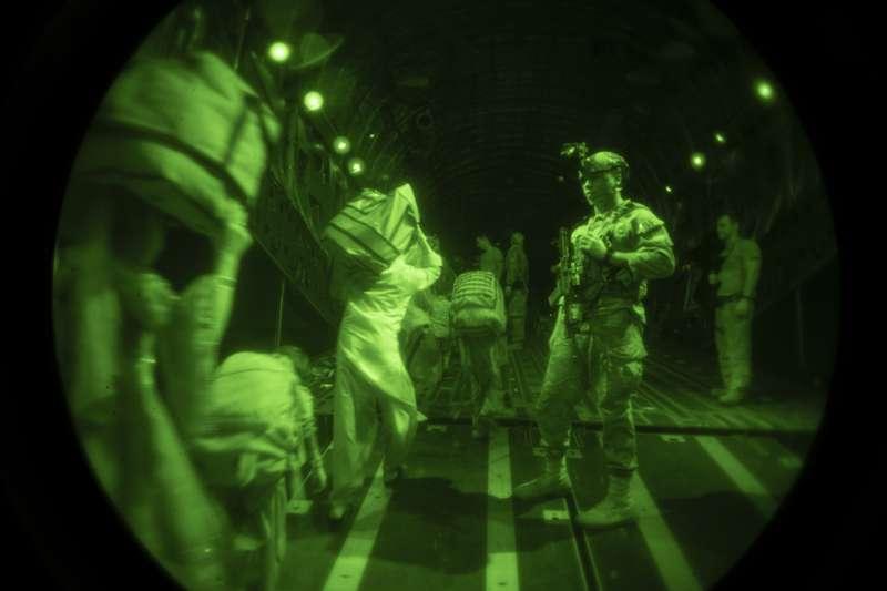 透過夜視鏡看到的美軍撤離阿富汗景況。(美聯社)