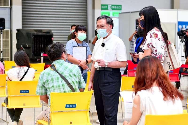 台北市副市長蔡炳坤25日赴疫苗接種站視察。(北市府提供)