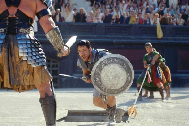 羅馬帝國以宏偉的競技場聞名於世,當時角鬥士的打鬥賽事更是貴族與一般百姓的娛樂消遣,就如同當今的職業賽事。(圖/取自IMDb)