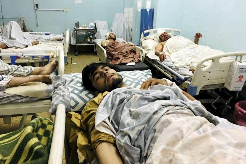 2021年8月26日,阿富汗的喀布爾機場外發生兩起爆炸,許多傷者被緊急送醫。(美聯社)