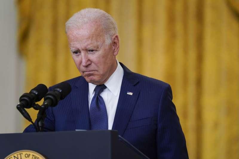 美國總統拜登在喀布爾機場爆炸案後發表談話,強調一定會讓主事者付出代價。(美聯社)