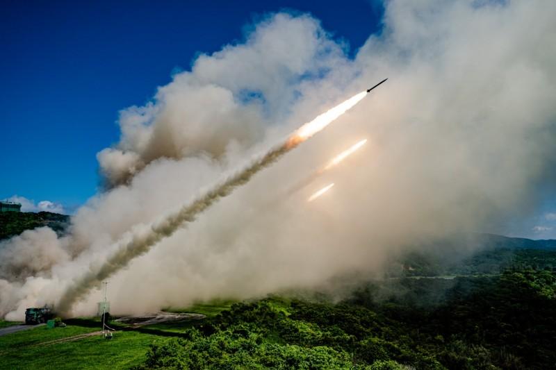 20210827-我陸軍使用的雷霆2000多管火箭系統(見圖)現有最大射程45公里,軍方欲將其射程延伸至300公里,即便部署在本島仍足以封鎖台海全境。(國防部提供)