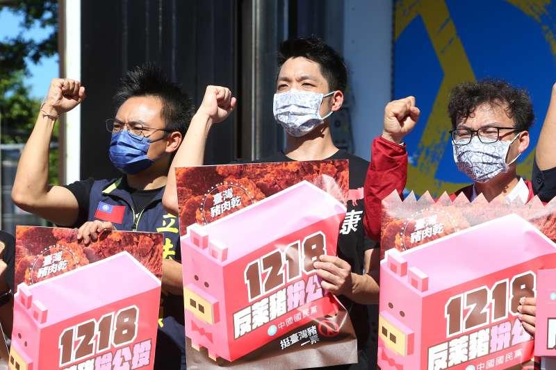 20210828-國民黨立委蔣萬安(中)28日出席「1218重新出發!政府獨裁、公投制裁」戶外記者會。(顏麟宇攝)